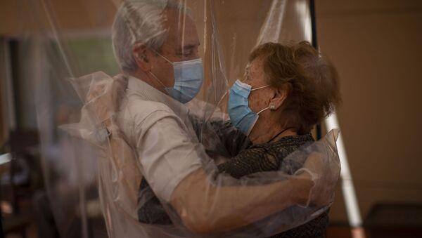 Изабель Перес Лопес, 96 лет, встречает своего 69-летнего зятя Хосе Мария Вила в доме престарелых в Барселоне, Испания - Sputnik Армения