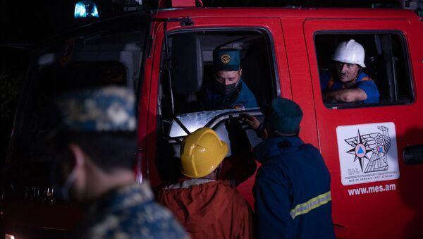 Спасатели МЧС на месте пожара в Цицернакаберде (26 июня 2020). Еревaн - Sputnik Արմենիա