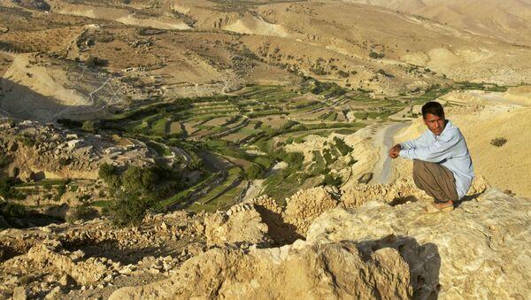 Мужчина-езид на скале над террасами, которые его деревня использует для ведения сельского хозяйства на горе Синджар (19 сентября 2005). Ирак - Sputnik Армения