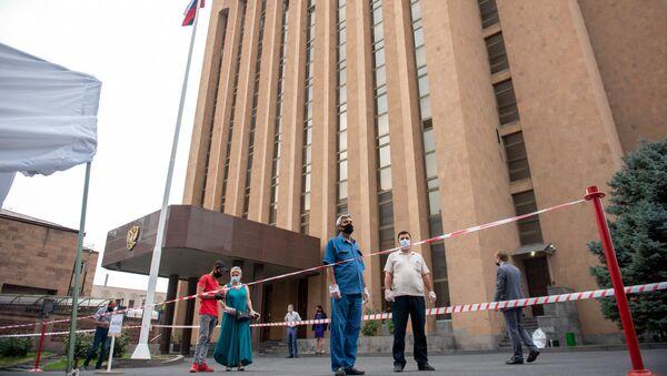 Второй день голосования по поправкам в Конституцию в посольстве РФ в Армении (30 июня 2020). Еревaн - Sputnik Արմենիա