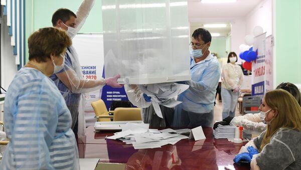 Подсчет голосов по итогам голосования по поправкам в Конституцию РФ - Sputnik Армения