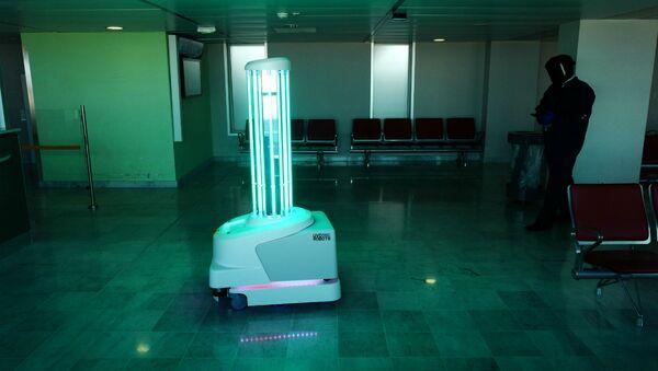 Робот, излучающий ультрафиолетовые лучи для устранения вируса в воздухе или на поверхности в аэропорту (7 мая 2020). Ницца, Франция - Sputnik Армения