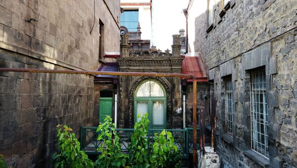 Дворик старинного здания на улице Фирдоуси (1 июля 2020). Еревaн - Sputnik Армения
