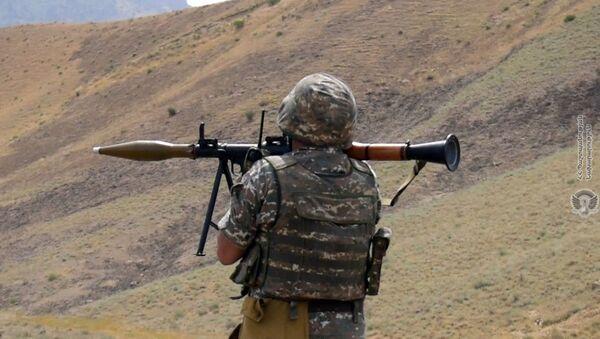 Армянский военнослужащий на тренировках по стрельбе - Sputnik Արմենիա