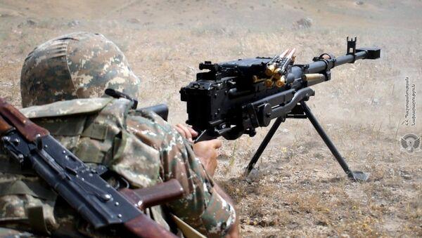 Армянский военнослужащий на тренировках по стрельбе - Sputnik Армения
