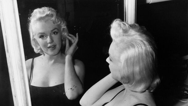 Актриса Мэрилин Монро в зеркале на фотостудии (28 января 1955). Нью-Йорк - Sputnik Армения