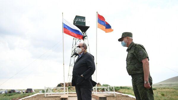 Президент Армении Армен Саркисян во время посещения отряда российских пограничных войск (5 июля 2020). - Sputnik Արմենիա