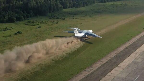 Взлет и посадка на грунт: экипажи Ил-76 показали сложнейший элемент летной подготовки - Sputnik Армения