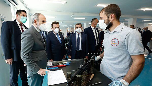 Премьер-министр Никол Пашинян посетил завод по производству автоматов Калашникова (7 июля 2020). Еревaн - Sputnik Армения