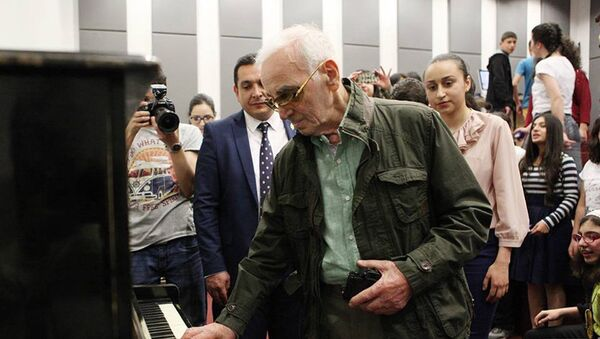 Шарль Азнавур в центре Тумо - Sputnik Արմենիա