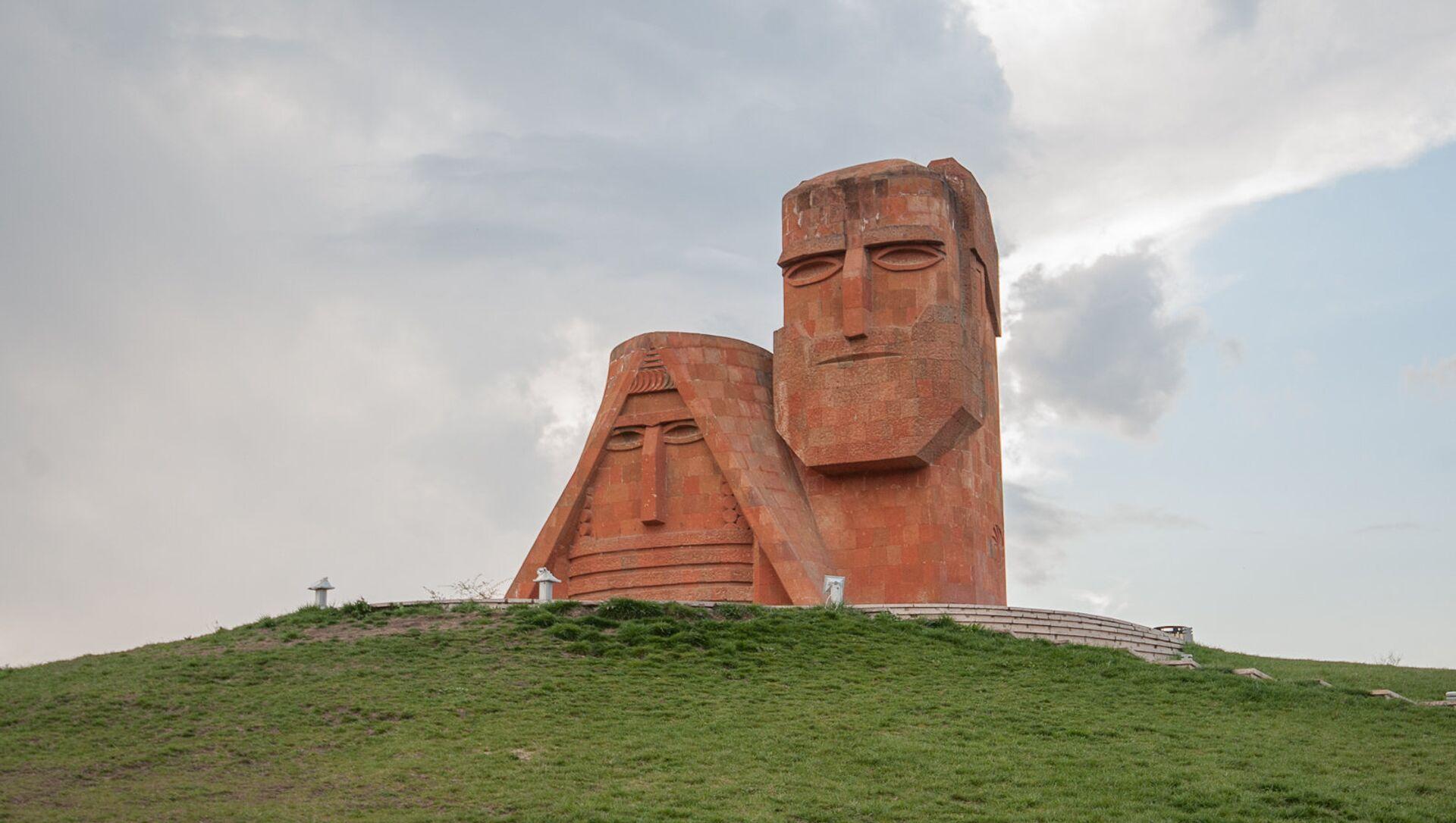 Памятник Мы-наши горы. Степанакерт. НКР - Sputnik Արմենիա, 1920, 31.08.2021