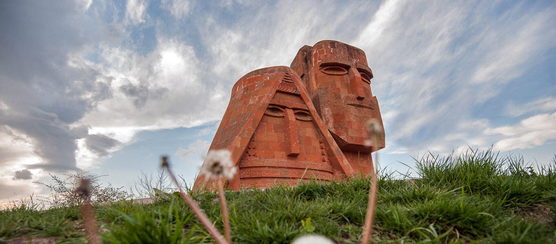 Памятник Мы-наши горы. Степанакерт. НКР - Sputnik Արմենիա, 1920, 22.03.2021