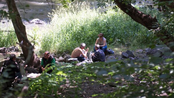 Армянские мужчины пропагандируют здоровый образ жизни на берегу реки Раздан - Sputnik Արմենիա