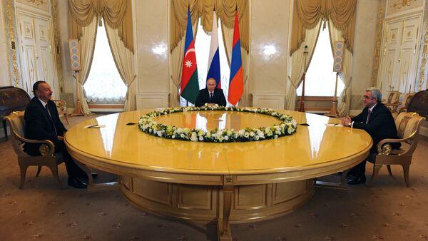 Президент России Владимир Путин (в центре), президент Азербайджана Ильхам Алиев (слева) и президент Армении Серж Саргсян (справа) - Sputnik Армения