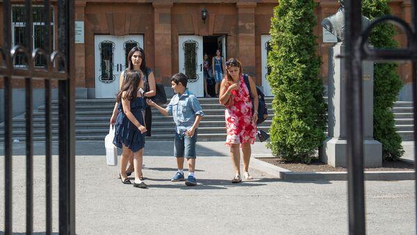Школа. Дети и родители перед школой - Sputnik Армения