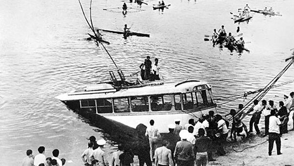 Шаварш Карапетян упорно нырял на дно Ереванского озера и вытаскивал пассажиров упавшего в Ереванское озеро троллейбуса - Sputnik Армения
