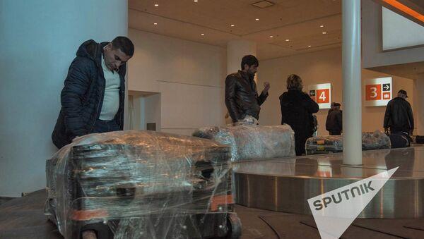 Пассажиры получают багаж в аэропорту Звартноц - Sputnik Армения