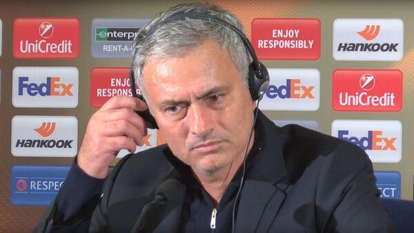 Главный тренер Манчестер Юнайтед Жозе Моуриньо  отвечает на вопрос про Генриха Мхитаряна - Sputnik Армения