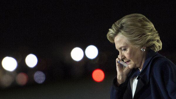 Хиллари Клинтон говорит по телефону - Sputnik Армения
