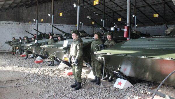 Новобранцам ЮВО в Армении в начале зимнего периода обучения вручили освященное оружие и военную технику - Sputnik Армения
