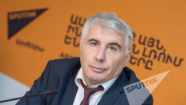 Главный пластический хирург Минздрава Армении, заслуженный врач Артавазд Саакян - Sputnik Արմենիա