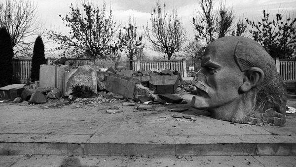 Разрушенный землетрясением памятник В.И. Ленину - Sputnik Արմենիա