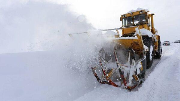 Работы по очистке от снега на Военно-грузинской дороге - Sputnik Армения