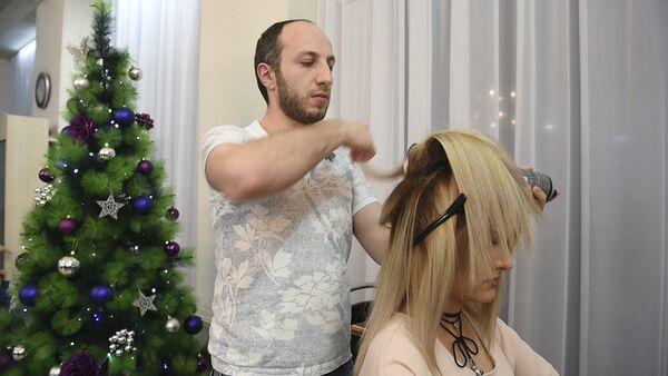 Мастера одного из ереванских салонов красоты готовят новогодний образ-2017 - Sputnik Армения