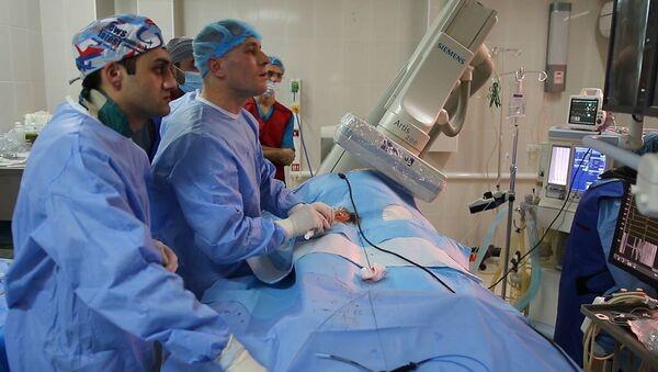 Ведущий аритмолог России, сердечно-сосудистый хирург Павел Мезенцев провел операцию на сердце вместе с армянскими коллегами - Sputnik Армения