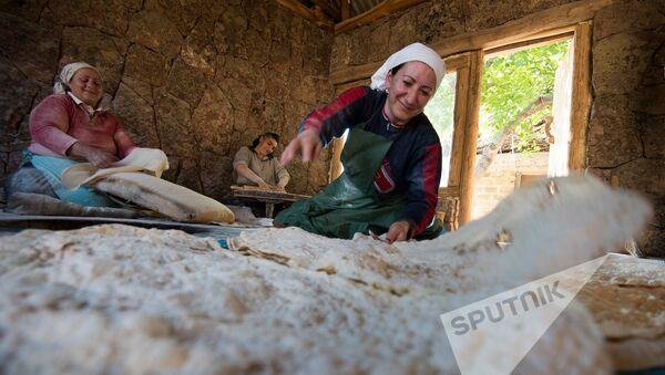 Женщины села Агцк пекут лаваш - Sputnik Արմենիա