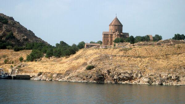 Озеро Ван. Армянская церковь Сурб Хач  - Sputnik Արմենիա
