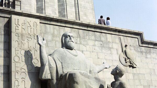 Памятник Месропу Маштоцу и его ученику у книгохранилища Матенадаран - Sputnik Արմենիա
