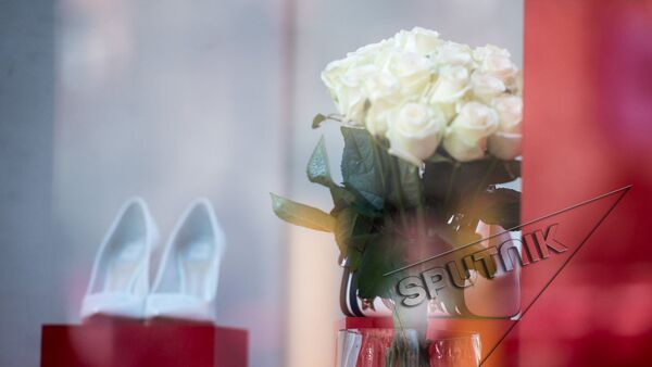 Цветы. 8 марта. Белые розы  - Sputnik Армения