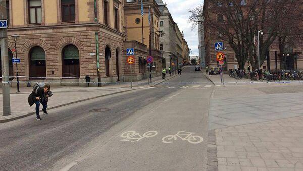 Грузовик въехал в толпу людей в центре Стокгольма, в другой части города были слышны выстрелы - Sputnik Армения