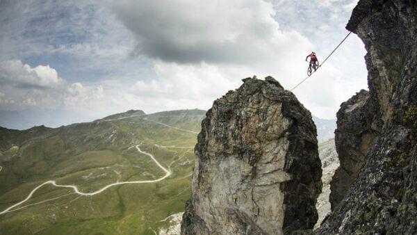 Велосипедист проехал по тросу над обрывом - Sputnik Արմենիա