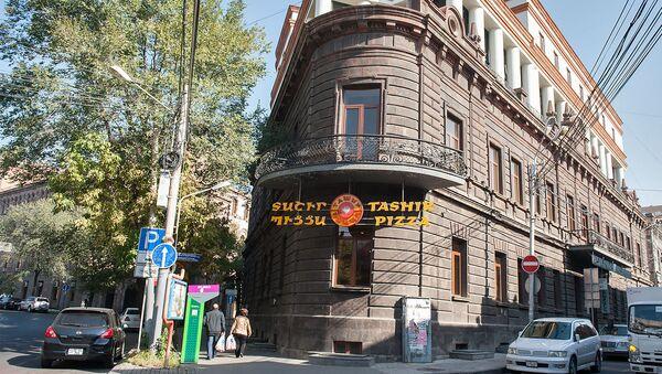 Здание Правительства Первой республики Армении. Ныне Ташир Пицца - Sputnik Армения