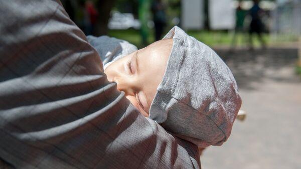 Младенец на руках отца - Sputnik Армения