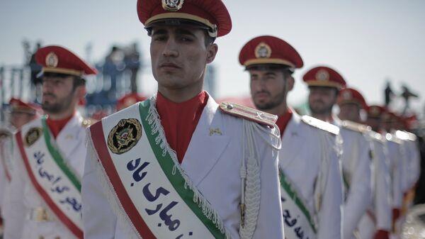 Корпус стражей исламской революции (КСИР) в парадной одежде во время празднования годовщины исламской революции в Тегеране. - Sputnik Армения