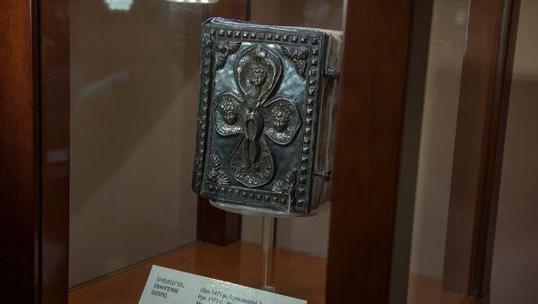Армянская семья из США подарила Евангелие 1471 года Ереванскому Институту древних рукописей Матенадаран - Sputnik Армения