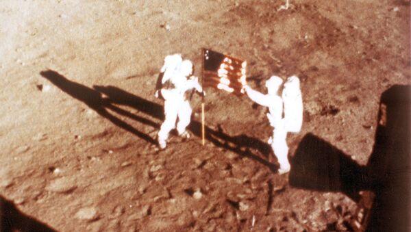 Американские астронавты Нил Армстронг и Баз Элдрин с флагом США на Луне - Sputnik Армения