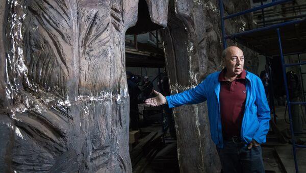 Скульптор Георгий Франгулян возле монумента Стена скорби перед началом его транспортировки к месту установки в Москве - Sputnik Армения