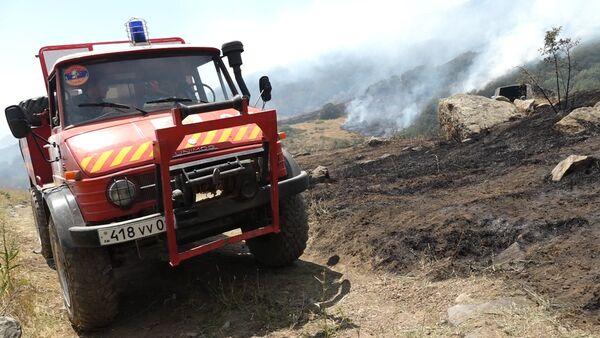 Пожар в Хосровском лесу. Машина МЧС РА - Sputnik Армения