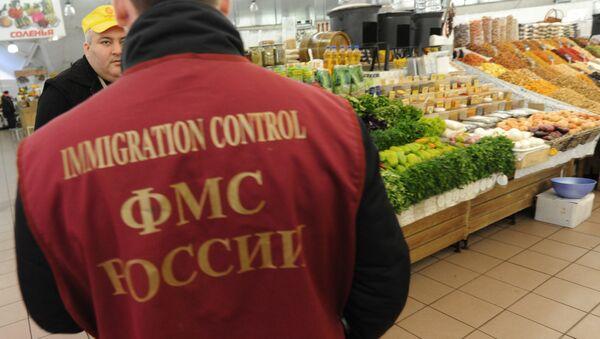 Работник Федеральной миграционной службы РФ - Sputnik Армения