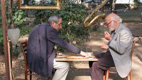 Пожилые люди за игрой в нарды - Sputnik Армения