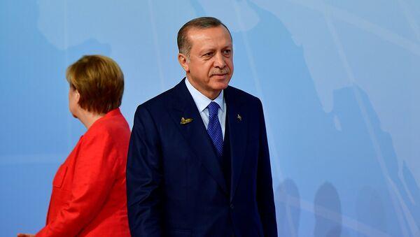 Президент Турции Реджеп Тайип Эрдоган и канцлер Германии Ангела Меркель (стоит спиной) - Sputnik Армения