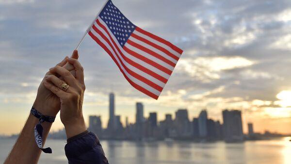 Флаг США на фоне города - Sputnik Արմենիա