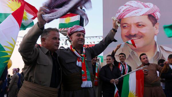 Иракские курды с флагами и плакатом Президента Иракского Курдистана - Sputnik Армения