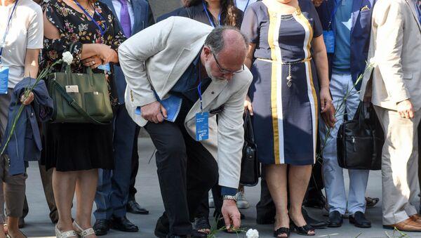 Армяне диаспоры и высокопоставленные чиновники возложили цветы к вечному огню в Цицернакаберде - Sputnik Армения