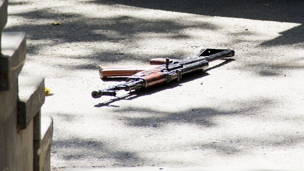 Оружие на месте на улице Бюзанда, где произошла стрельба - Sputnik Армения