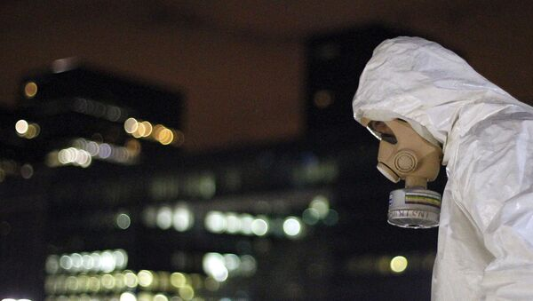 Человек в защитном от химикатов и бактерий костюме - Sputnik Армения